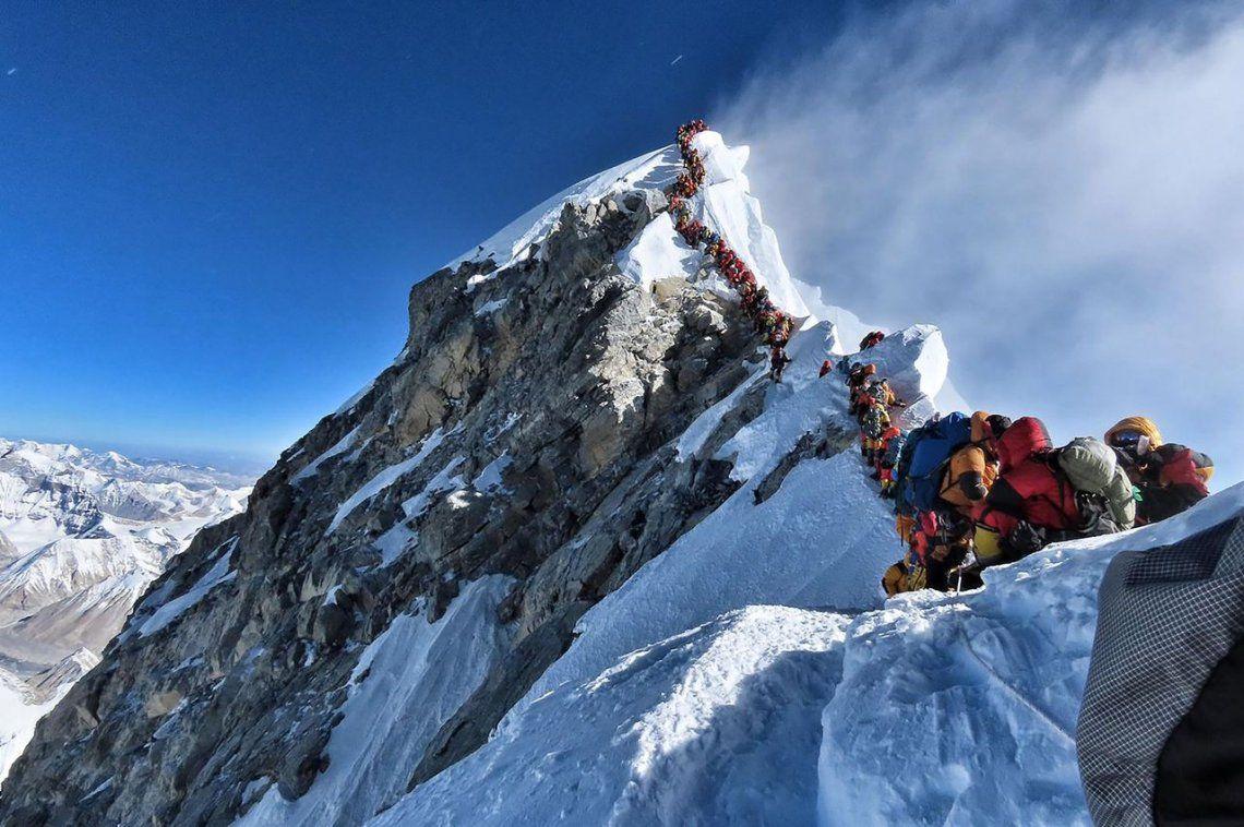 Insólita congestión humana para llegar a la cima del Monte Everest