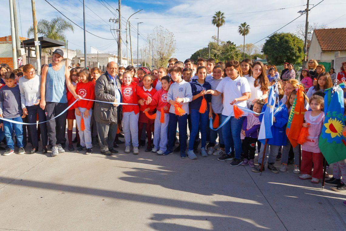 Mussi junto a vecinos de la zona inauguró el renovado tramo de la avenida.