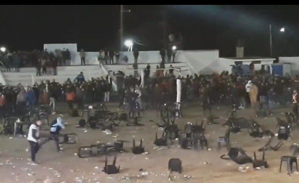 El público comenzó a arrojar sillas y hubo varias personas que terminaron heridas.