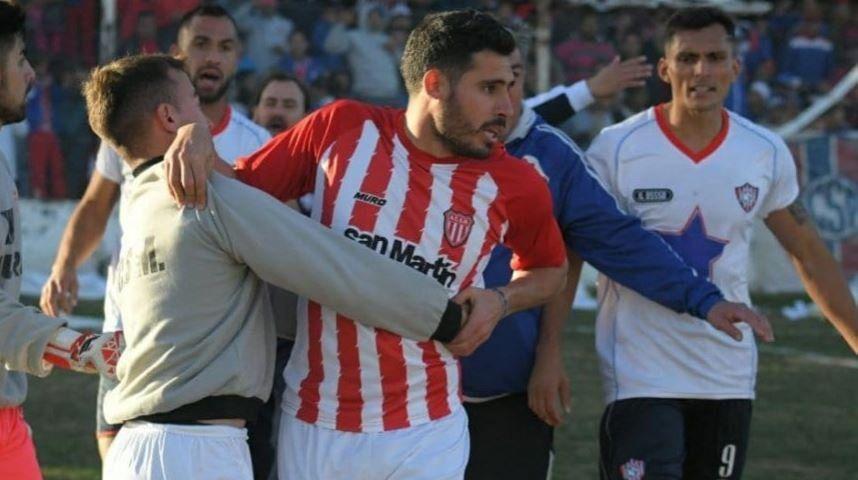 Otro bochorno en el fútbol del Interior: un equipo abandonó por los fallos del árbitro