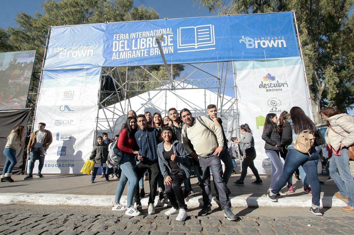La Plaza Brown de Adrogué vuelve a cobijar una nueva Feria del Libro.
