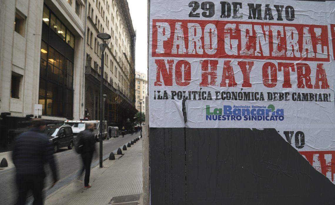 Los afiches anunciando el paro general de mañana empapelan desde hace días las calles del centro porteño.