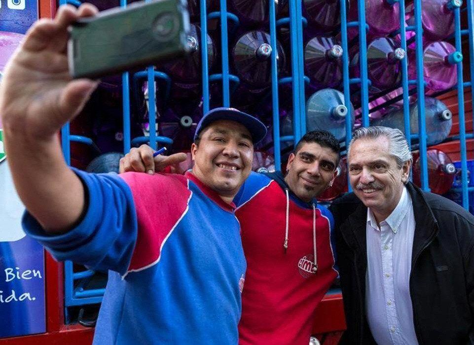 Fernández accedió a una selfie junto a dos camioneros en plena calle.