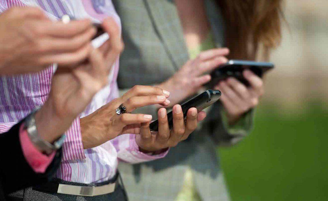 Las personas pasan entre dos y cuatro horas por día con la cabeza inclinada hacia el celular.