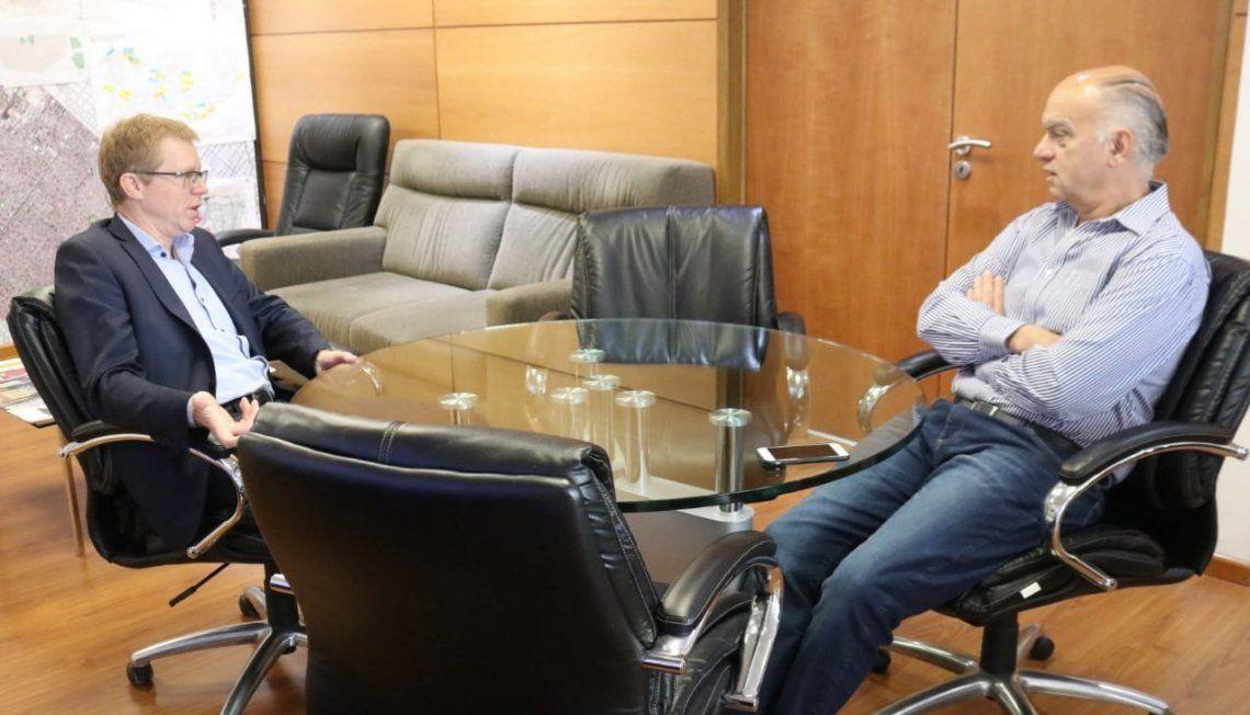 Curutchet y Grindetti en la comuna dialogando sobre el crédito para bacheo.