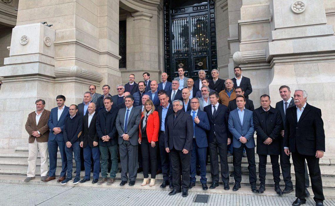 De todos los colores políticos: Los jefes comunales se fotografiaron en el ingreso al Palacio de Justicia de Talcahuano 550.