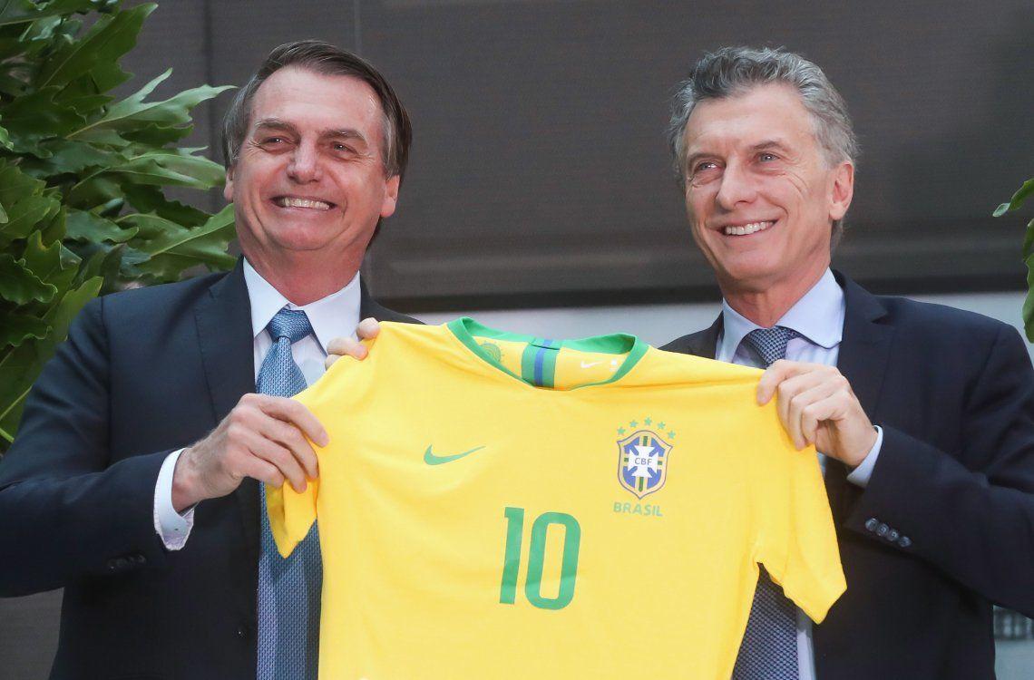 Sonrientes con la 10 verdeamarela. Bolsonaro llegó con un regalo especial.