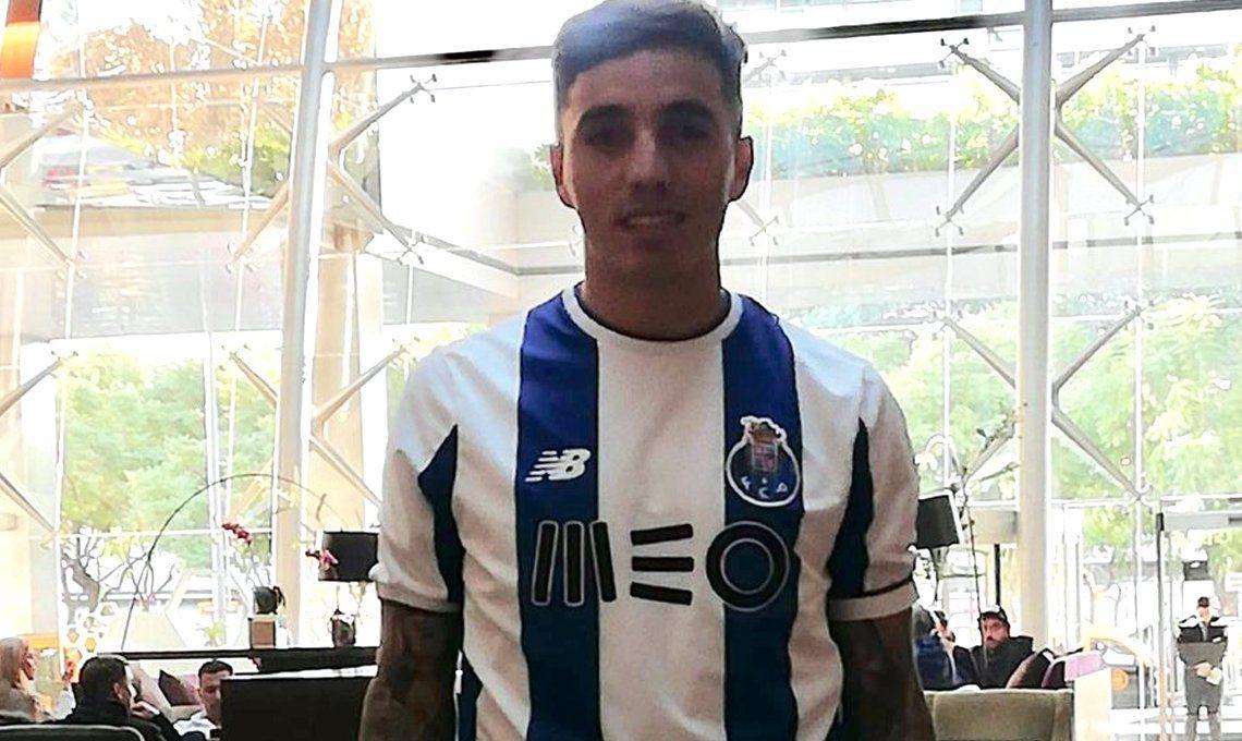 Renzo Saravia fue vendido por 5 millones de Euros y ya posó con la camiseta del Porto