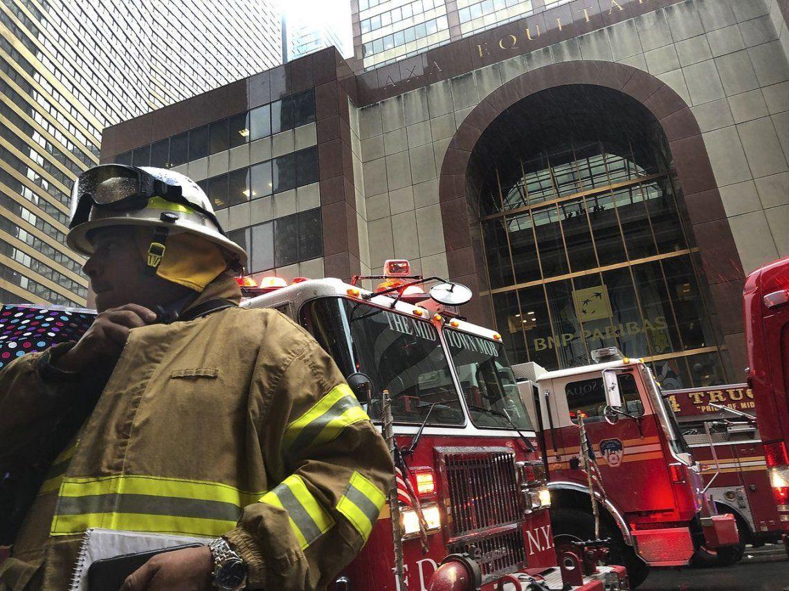 Nueva York: un helicóptero chocó contra un edificio