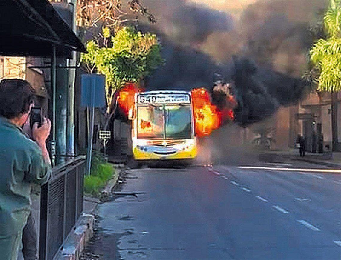 El impactante incendio de la unidad renovó el reclamo de los choferes.