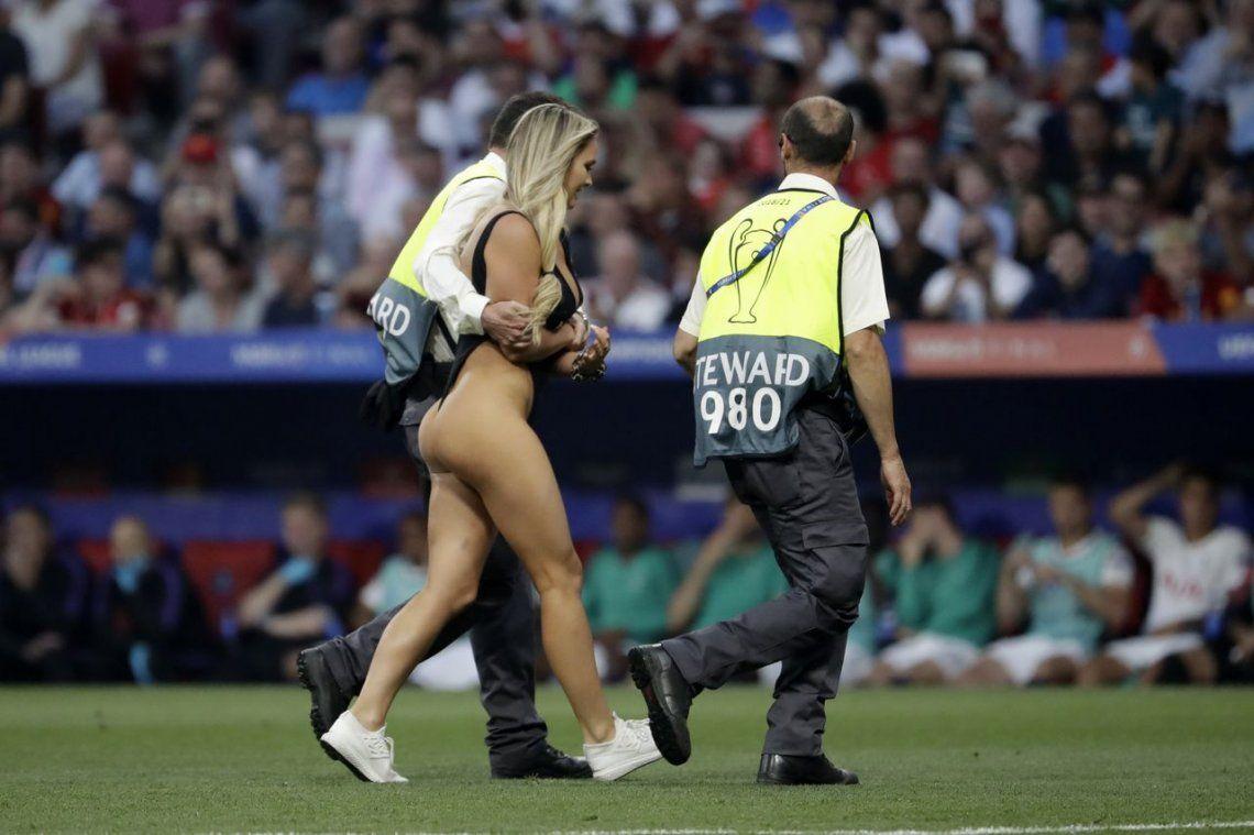 Kinsey Wolanski, la joven semidesnuda que interrumpió la final de la Champions League, reveló los mensajes privados que le enviaron jugadores del Liverpool