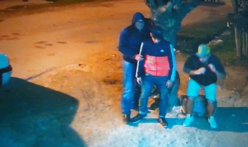 Uno de los delincuentes (encapuchado) primero redujo al hijo de la dueña y a un amigo en la puerta del local.