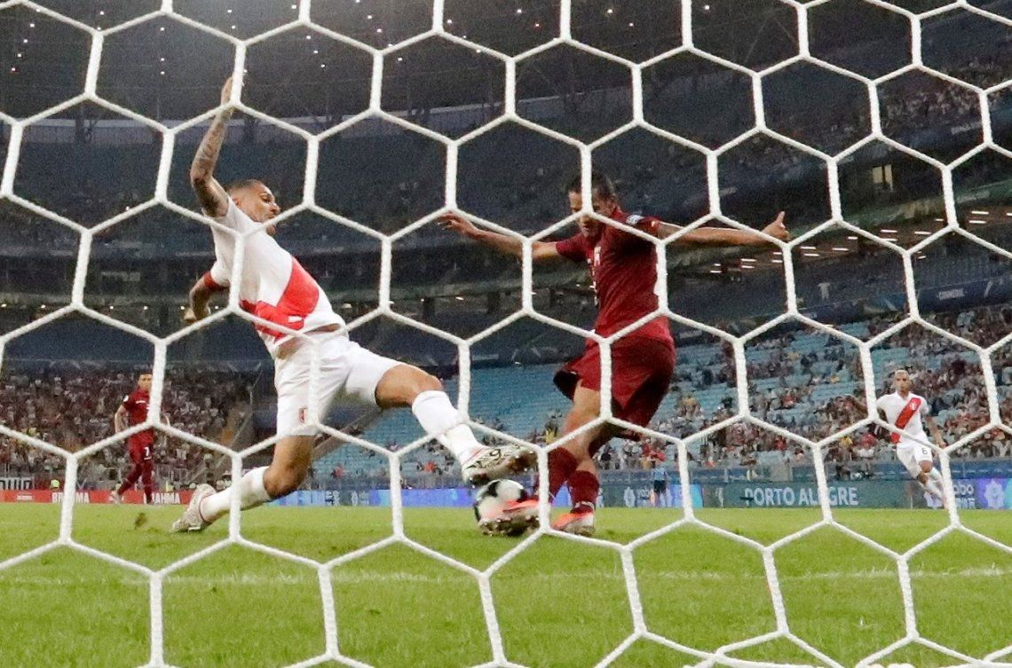 No quiso entrar: el increíble gol que erró Perú ante Venezuela en su debut en la Copa América 2019