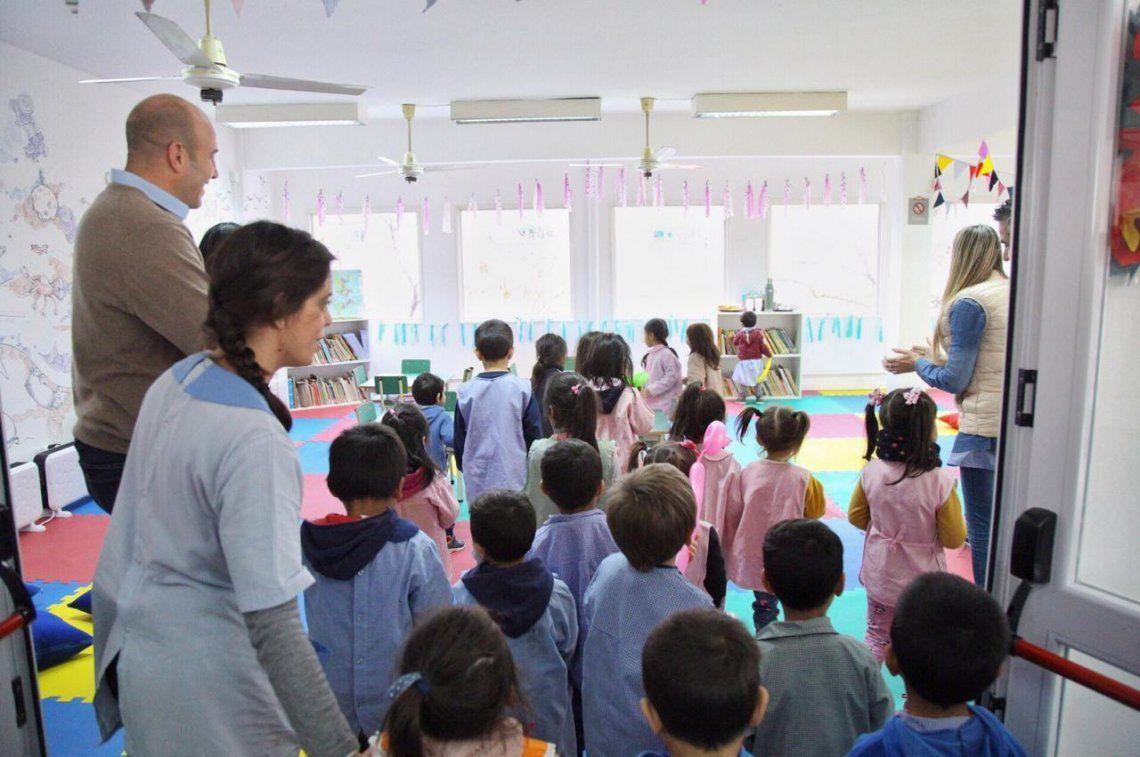 El intendente junto a los chicos y docentes del Jardín 921