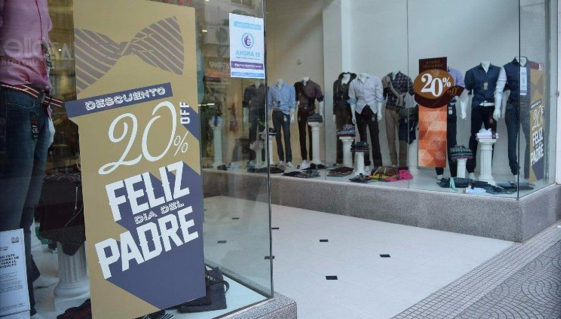 Estimaron que las ventas en el Día del Padre cayeron a la mitad en los comercios de Capital y Conurbano.