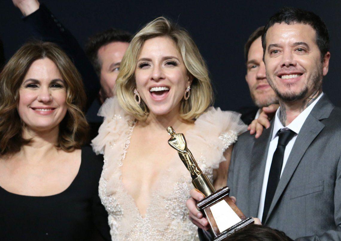 Carla Peterson celebrando el Martín Fierro de Oro junto a Sebastián Ortega y Nancy Dupláa.