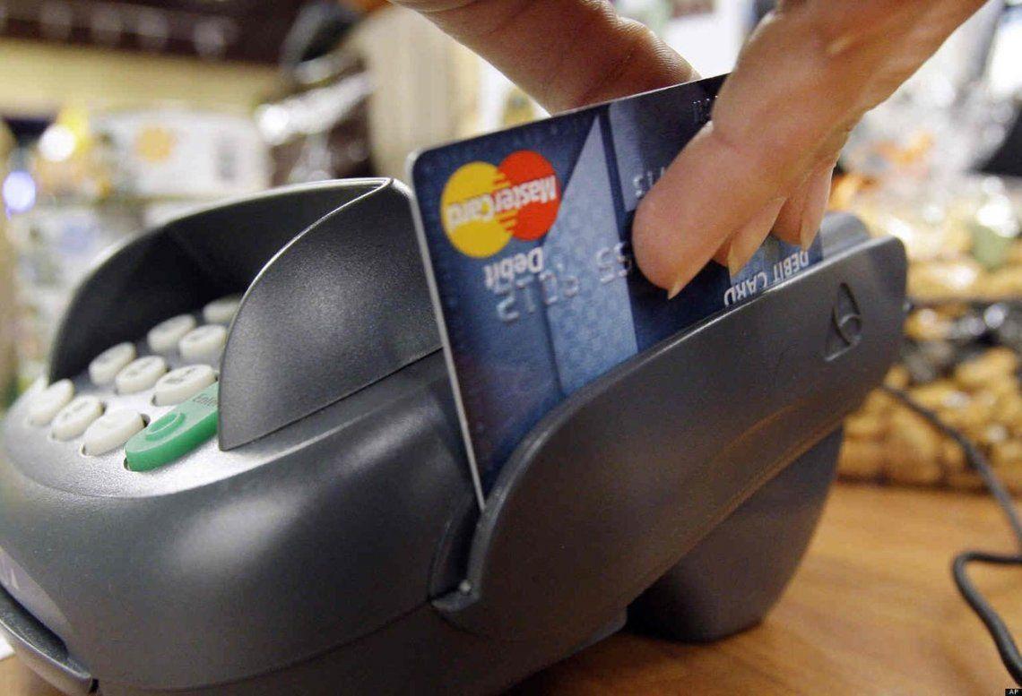 Multan a una emisora de tarjetas de crédito por facturar consumo en dólares