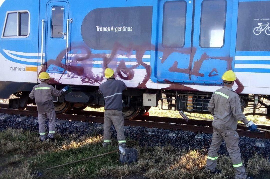 Limpieza de grafitis en una formación del Belgrano Sur.