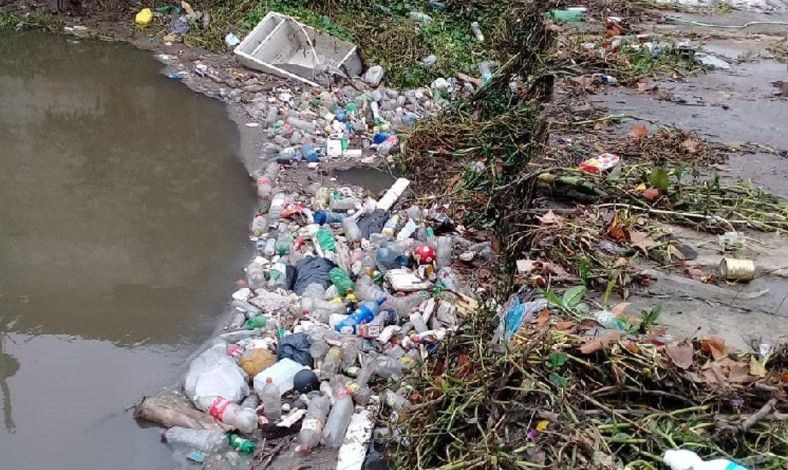 Lomas de Zamora y Esteban Echeverría: vecinos exigen la reconstrucción de un puente sobre el arroyo Santa Catalina porque acumula basura