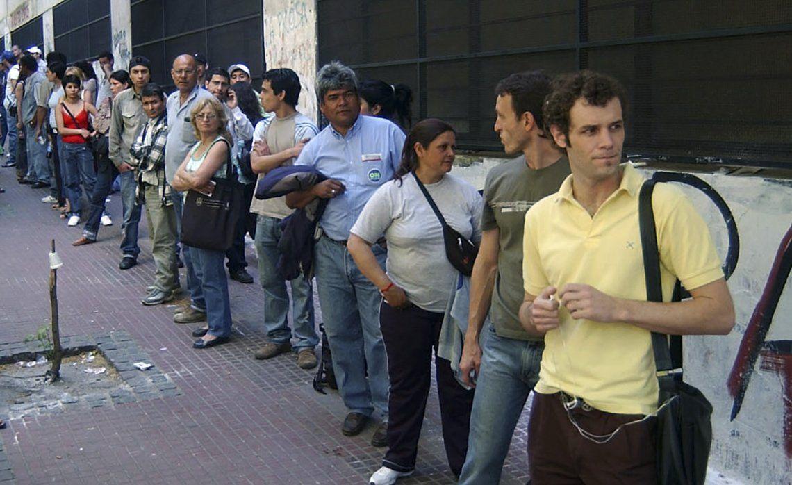 Alertan sobre lo elevado de las cifras de desempleo y que seguirá subiendo por la crisis.