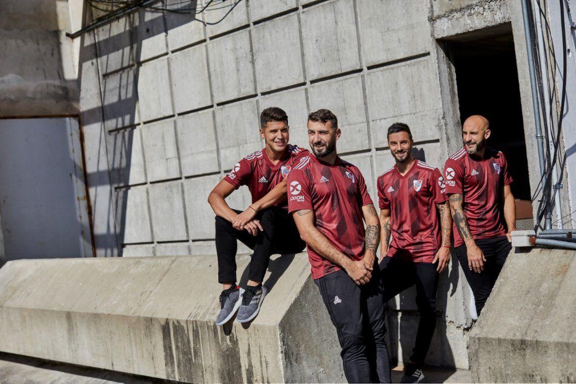Presentaron la nueva camiseta de River, con homenaje a la historia de amistad con el Torino de Italia