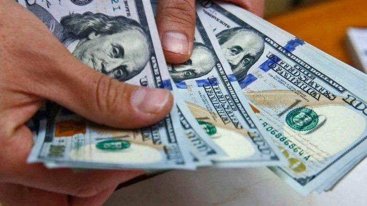 El dólar bajó casi 19 centavos y cerró a $43,48
