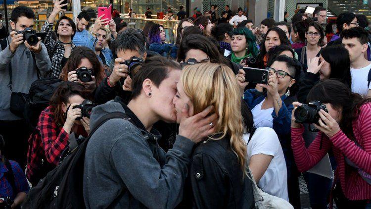 Cambian fecha del veredicto en el caso de la mujer detenida por besar a su novia