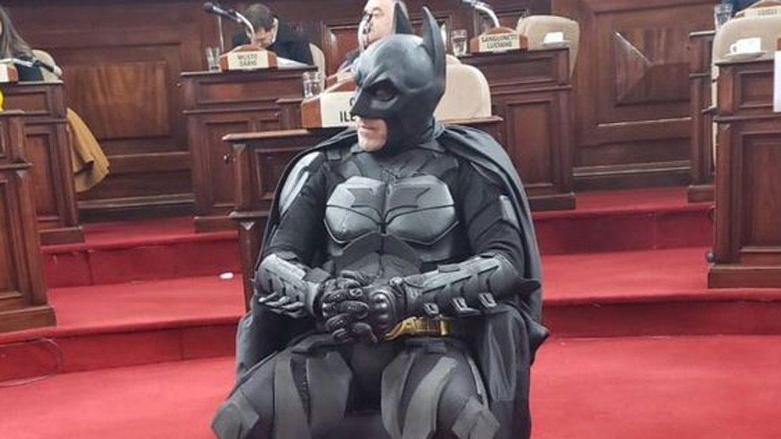 La Plata: en medio del apagón, nombraron vecino destacado a Batman,  el Caballero de la noche