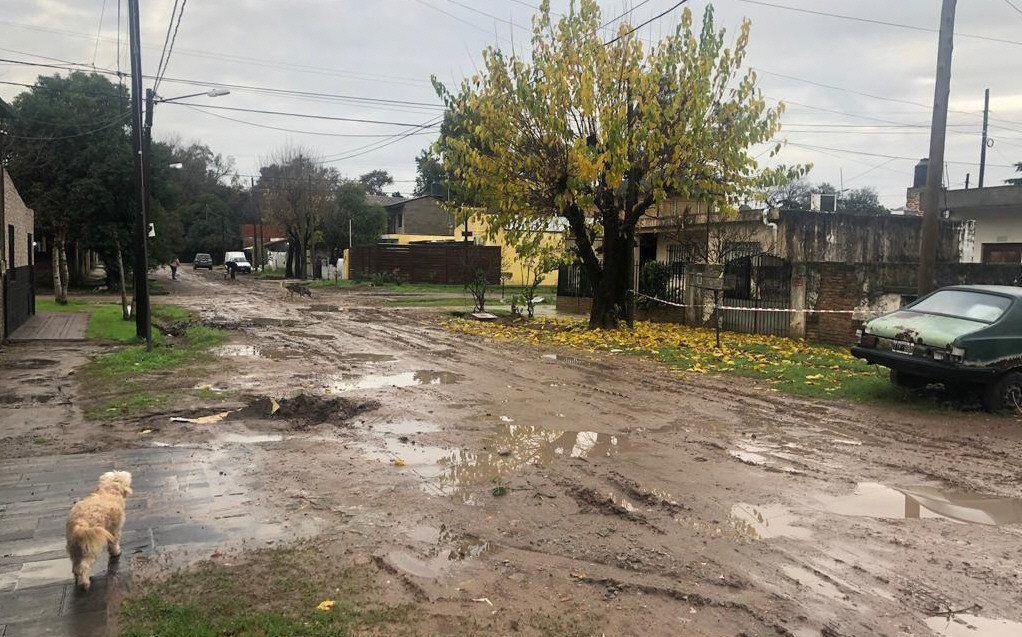 La calle de Udaondo se volvió intransitable con las lluvias.