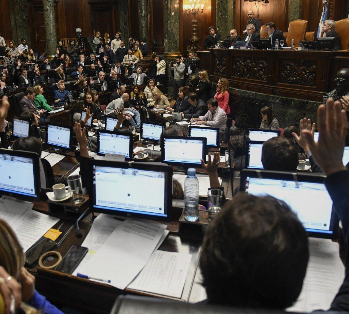 La norma fue aprobada con 41 votos positivos y 15 abstenciones.