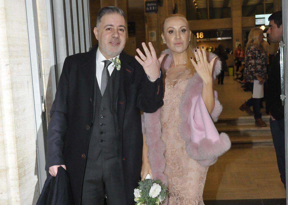 La pareja muestra sus anillos al salir del Registro Civil de la calle Uruguay.