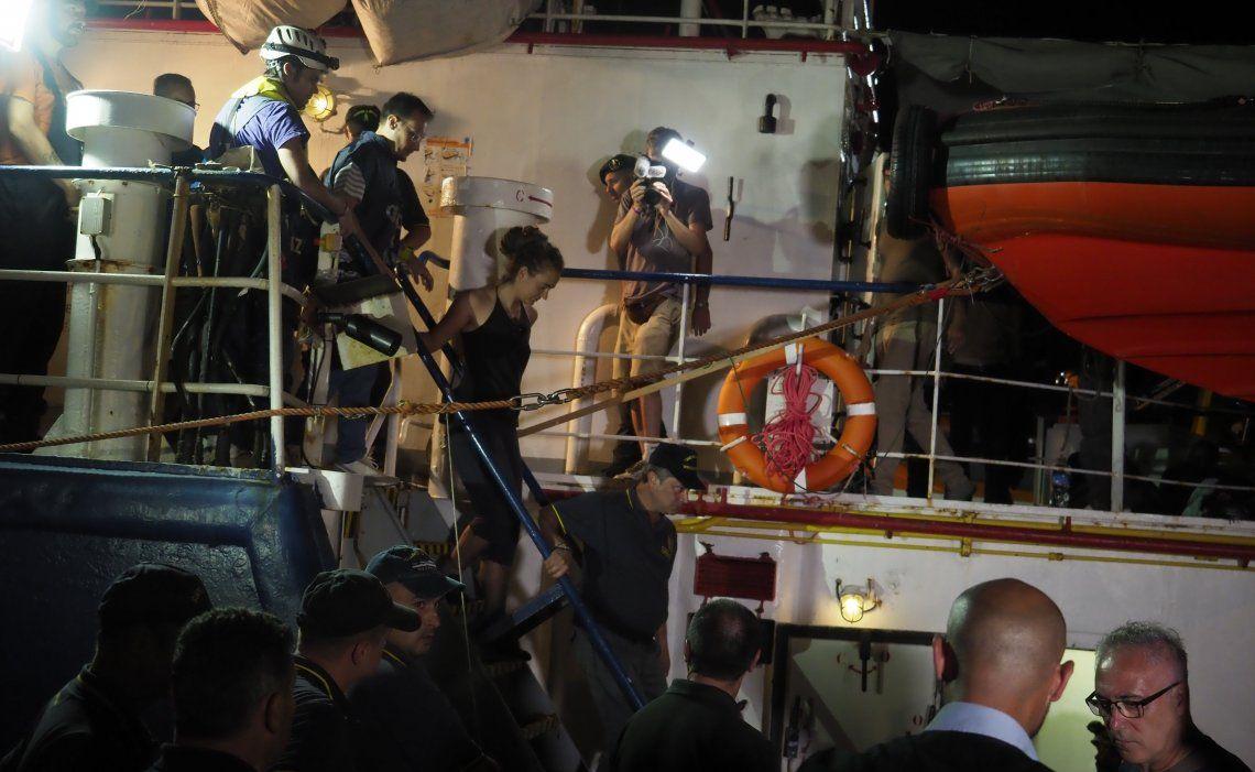 La capitana bajó del navío escoltada por los agentes.