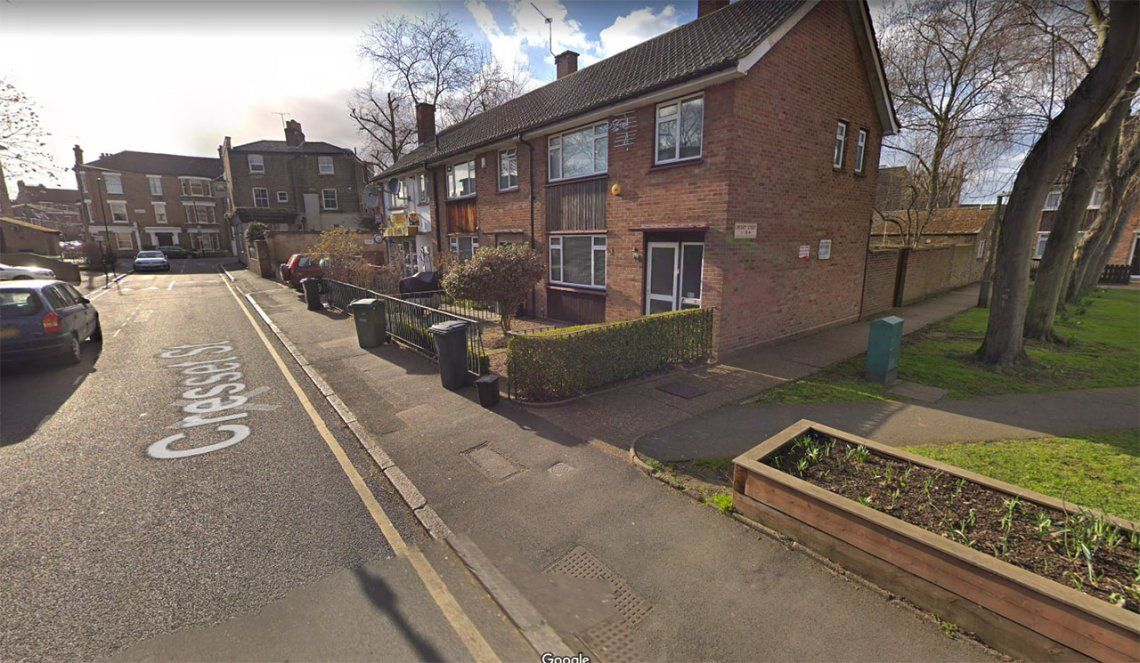 Misterio en Londres: un cuerpo cayó desde el cielo al patio de una casa