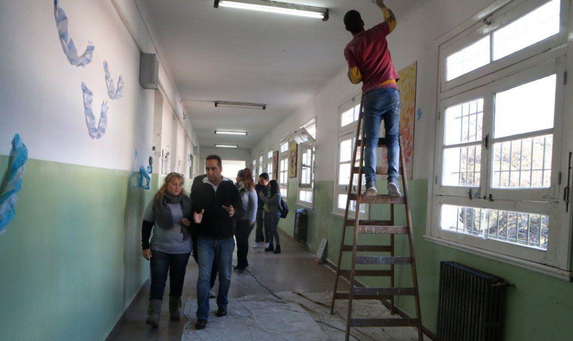 El intendente recorriendo una escuela en plena ejecución de los trabajos de mejoras.