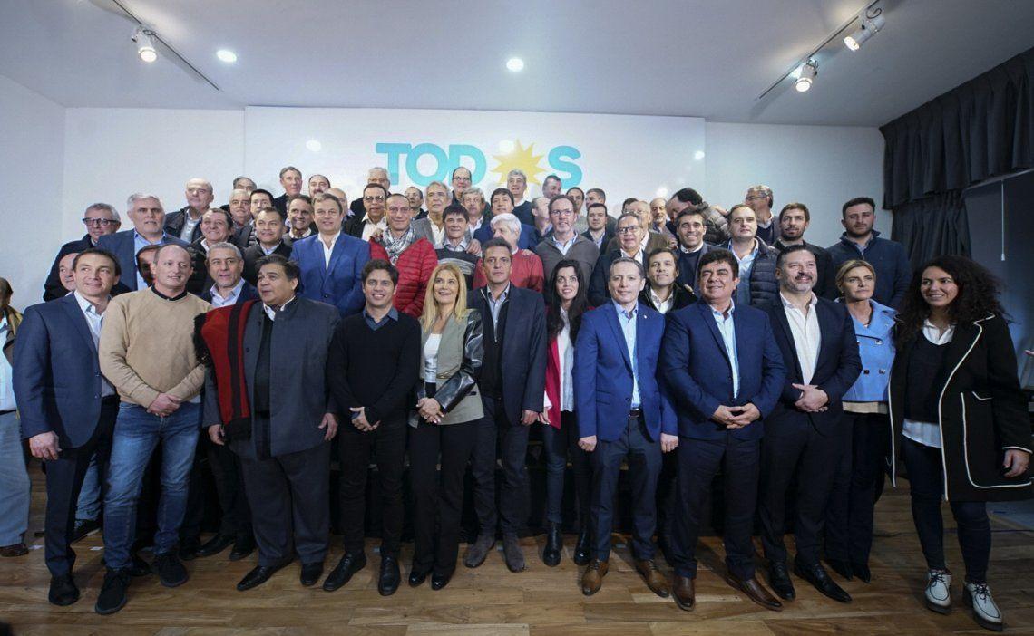 La fotografía oficial tomada con intendentes y referentes como Sergio Massa al cabo de la reunión.