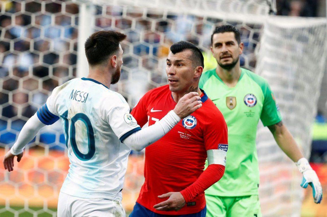 ¿Pase de factura? La expulsión de Messi tras incidente con Medel, otro papelonazo que el VAR no evitó