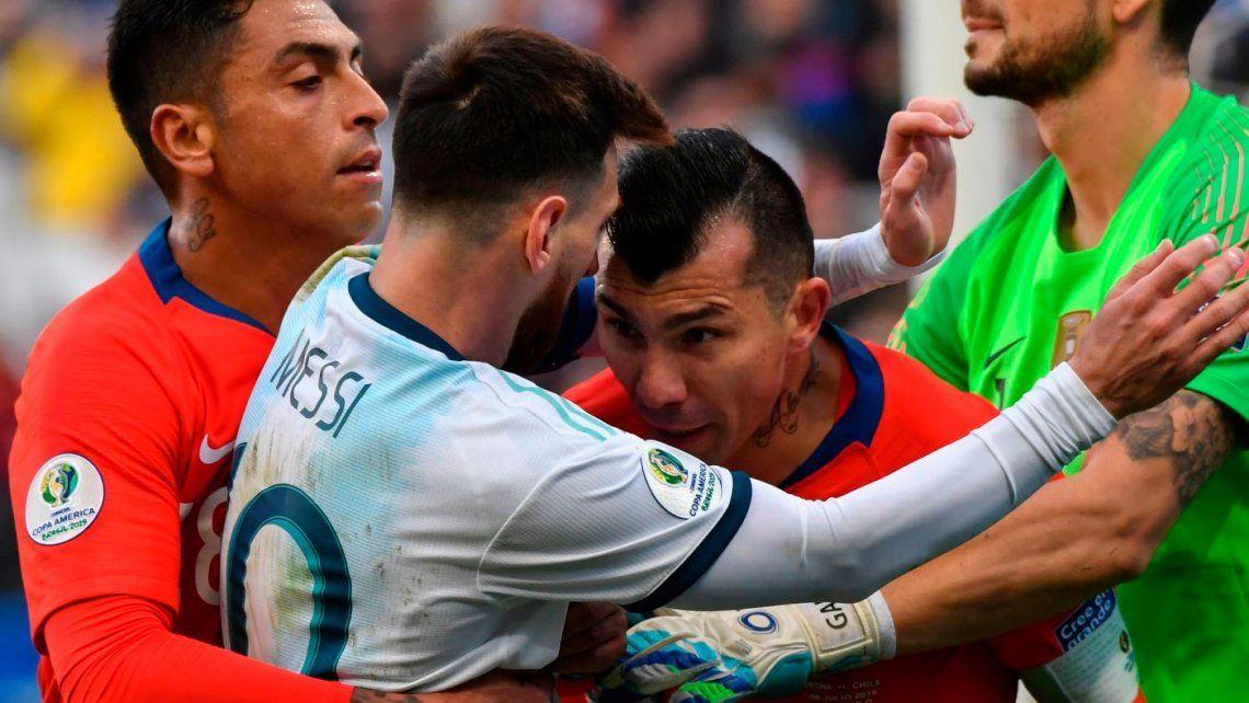 Lionel Messi y Gary Medel protagonizan los mejores memes tras la injusta expulsión del capitán argentina