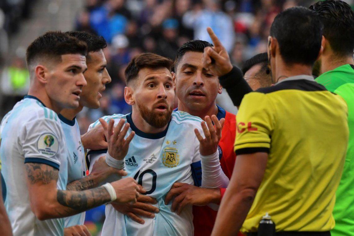 Qué dice el informe arbitral del incidente Messi-Medel