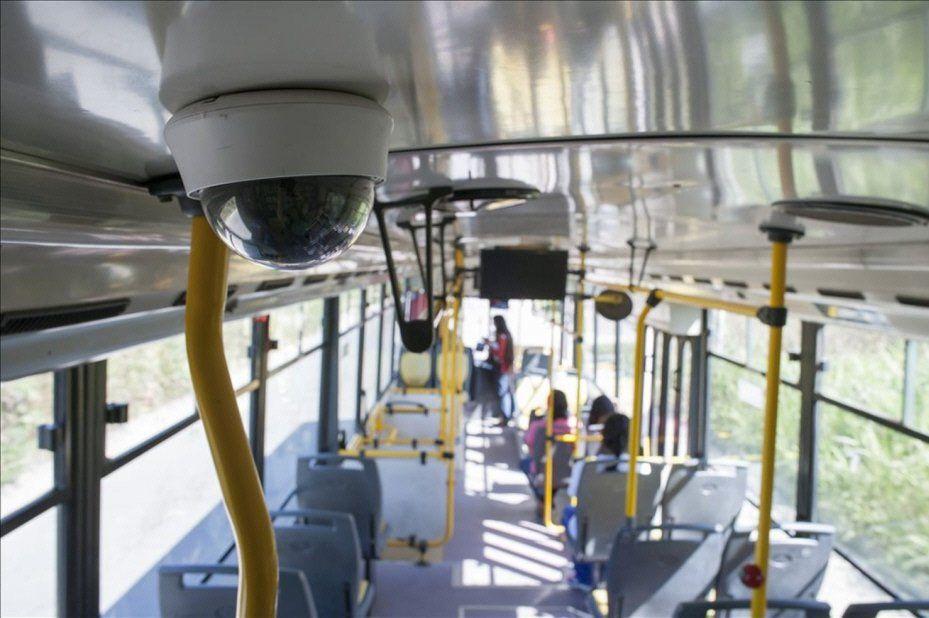 Cada colectivo cuenta con una cámara frontal y tres en su interior.