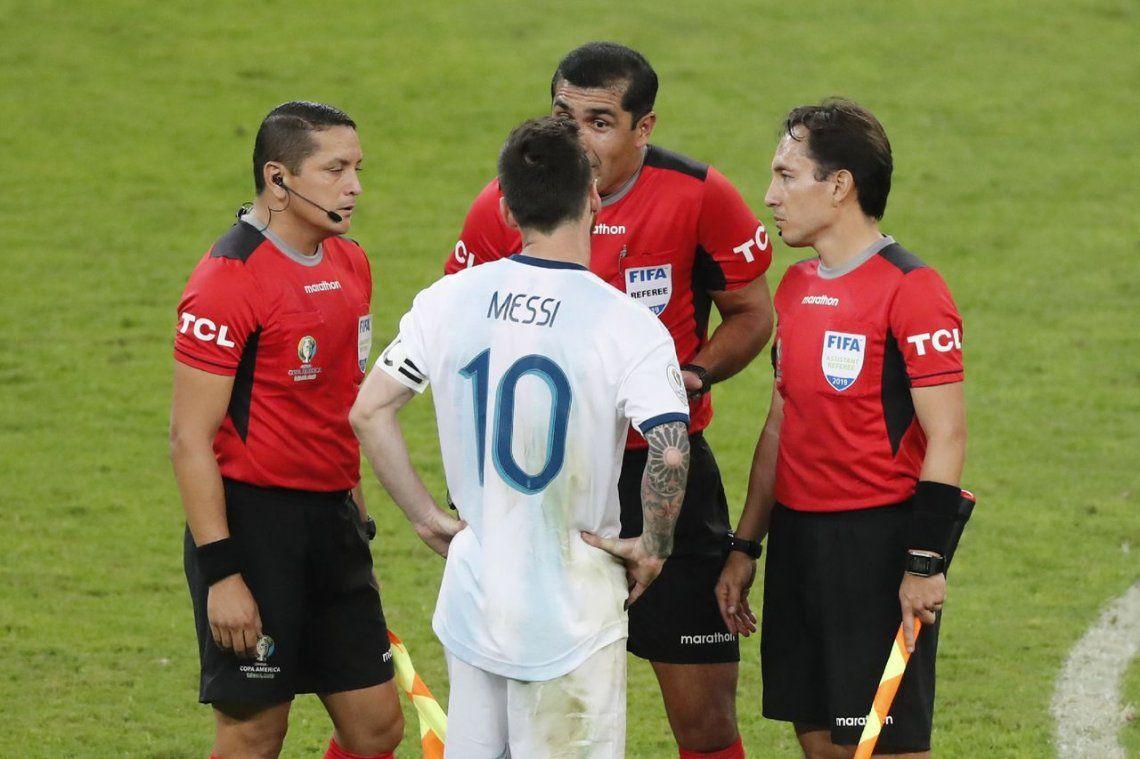 Roddy Zambrano, el árbitro de Argentina-Brasil, dijo que no hubo penal en ninguna de las dos jugadas polémicas