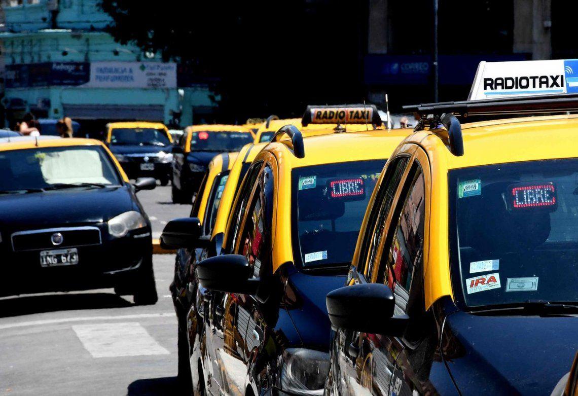 Taxistas suspenden su servicio en contra de UBER