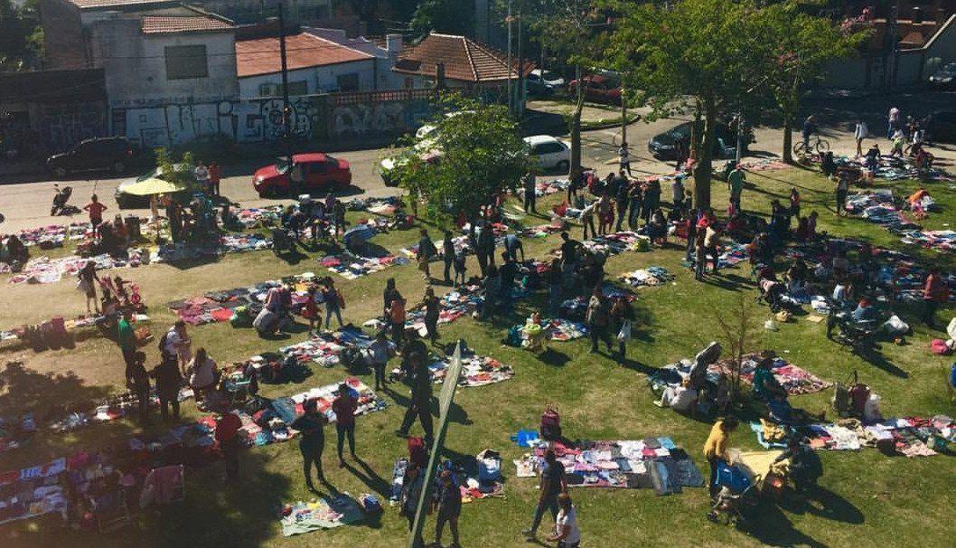 Los miércoles y viernes por la tarde el trueque se instala en un parque de Sarandí.