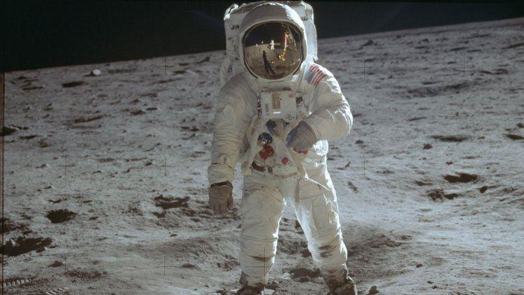 Buzz Aldrin, piloto del módulo lunar, camina sobre la superficie de la luna.