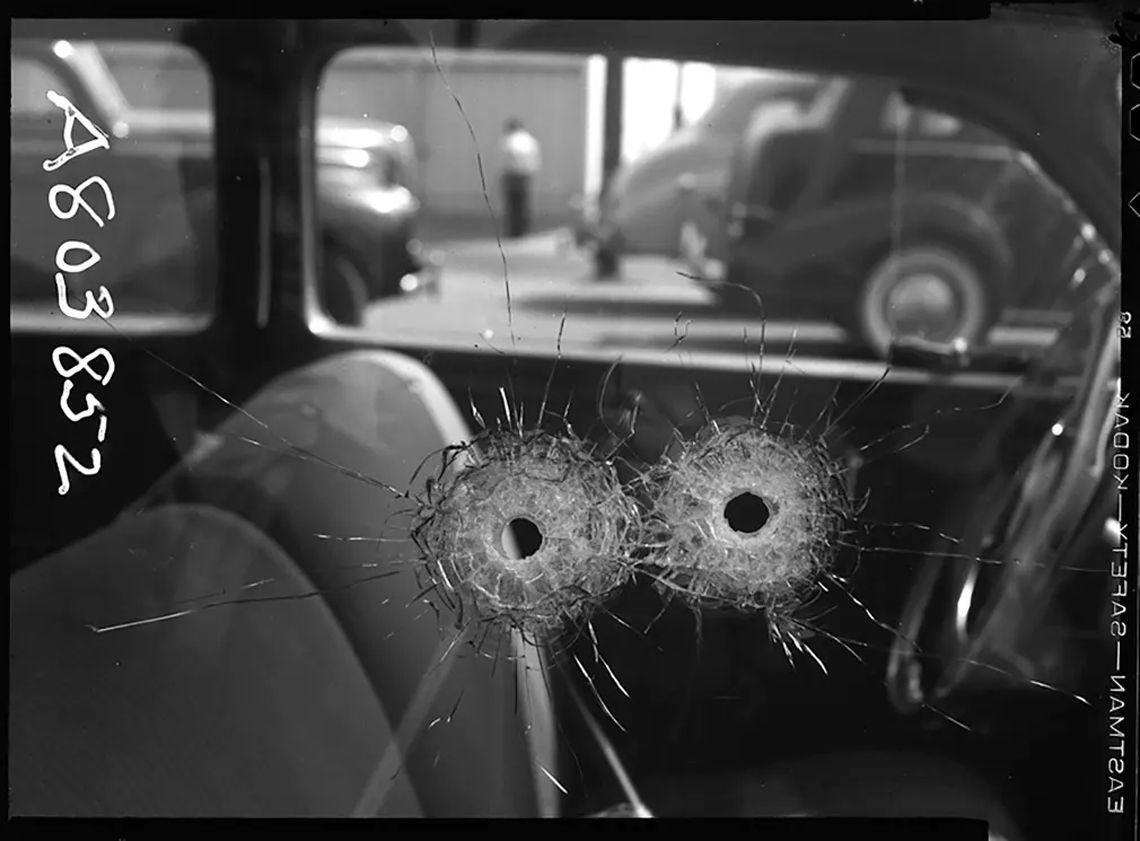 Agujeros de bala en la ventana de un auto - 1942