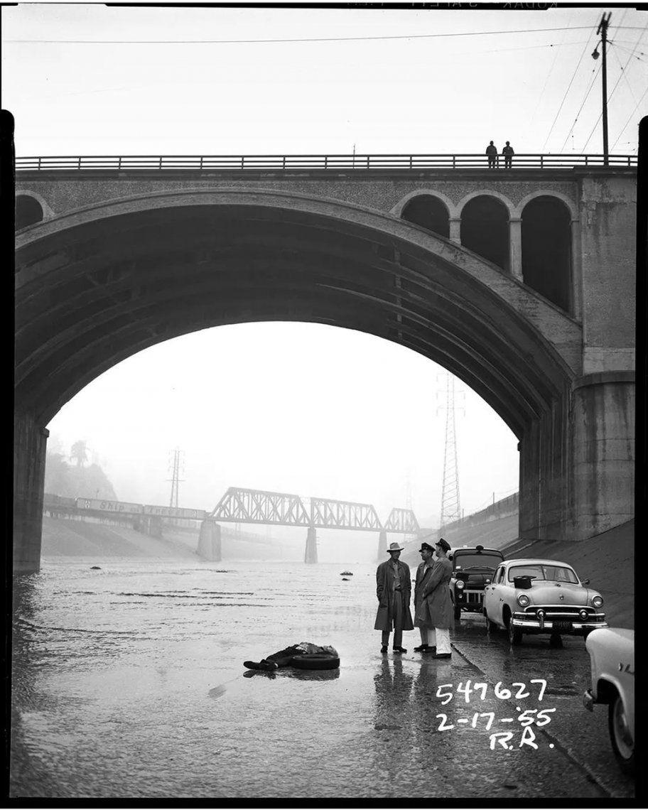 Un cuerpo debajo de un puente mientras la policía investiga - 1955