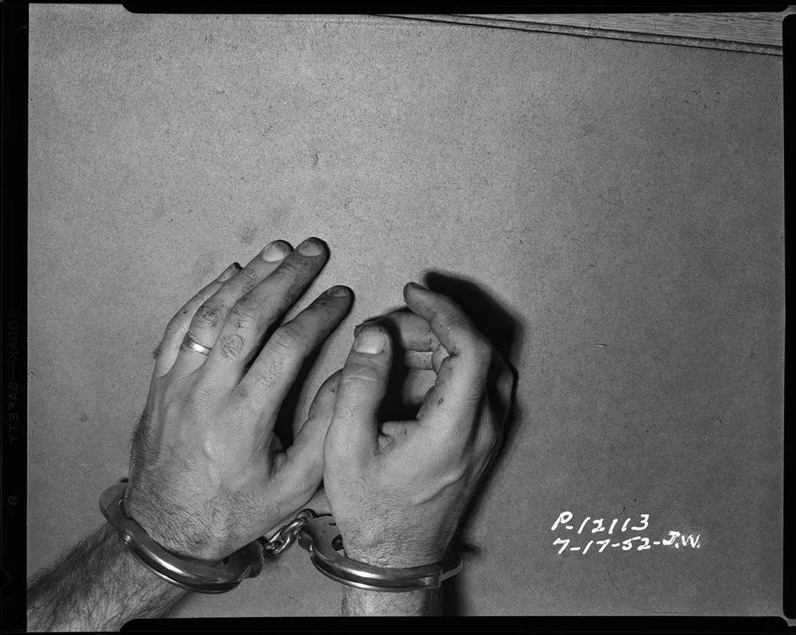 Hombre esposado - 1952