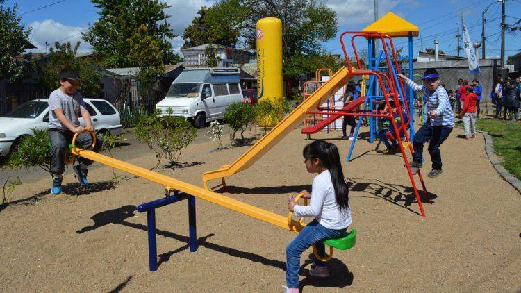 Prohibirán fumar en patios de juegos infantiles de plazas y parques