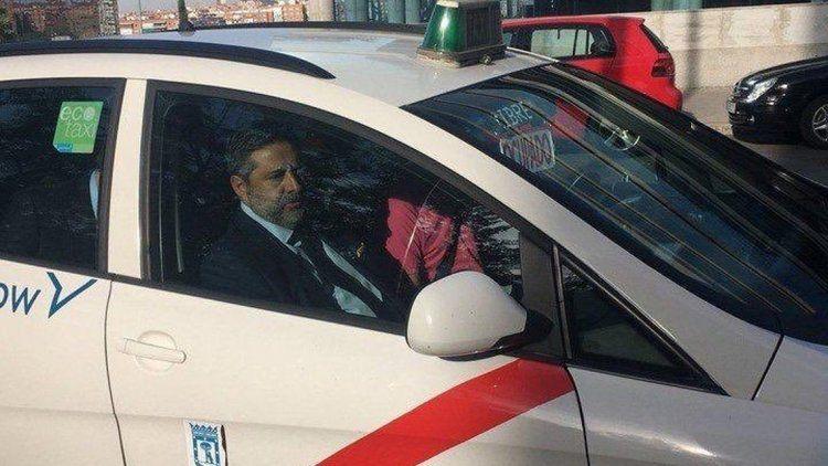 Angelici se subió a un taxi con la banda roja y llovieron los memes
