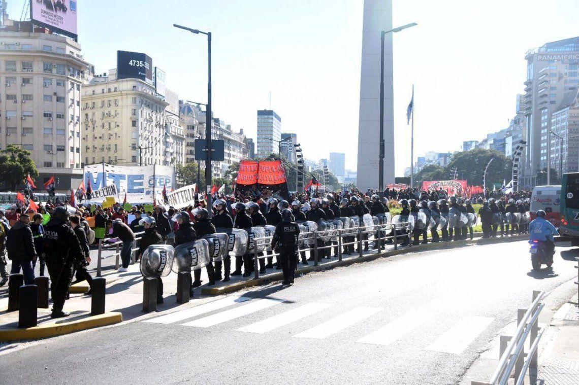 Organizaciones sociales realizaron ollas populares y cortaron la 9 de Julio