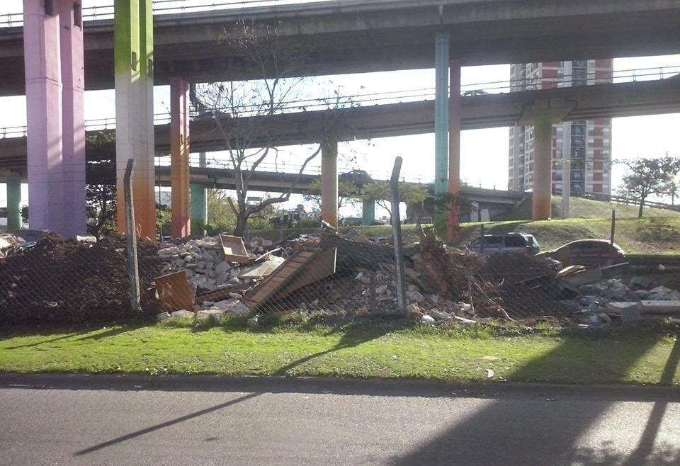 Una pésima bienvenida para quienes llegan a Ciudadela: desperdicios de todo tipo.